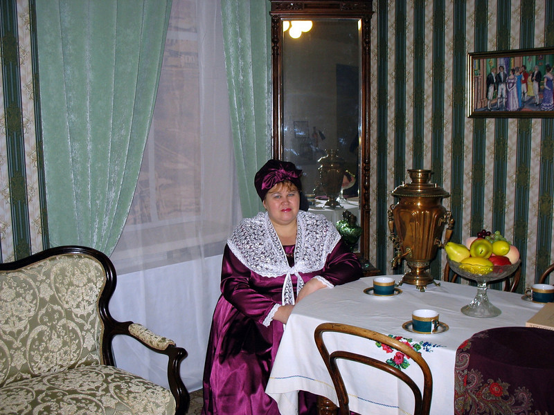 Merchant wife with samovar at a local Yalutorovsk museum. Кустодиевская купчиха за самоваром. Ялуторовский краеведческий музей.