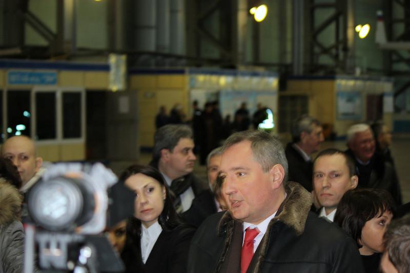 """Вице-премьре Д. Рагозин обещает на ульяновском """"Авиастаре"""" возродить производство самолёта """"Руслан""""."""