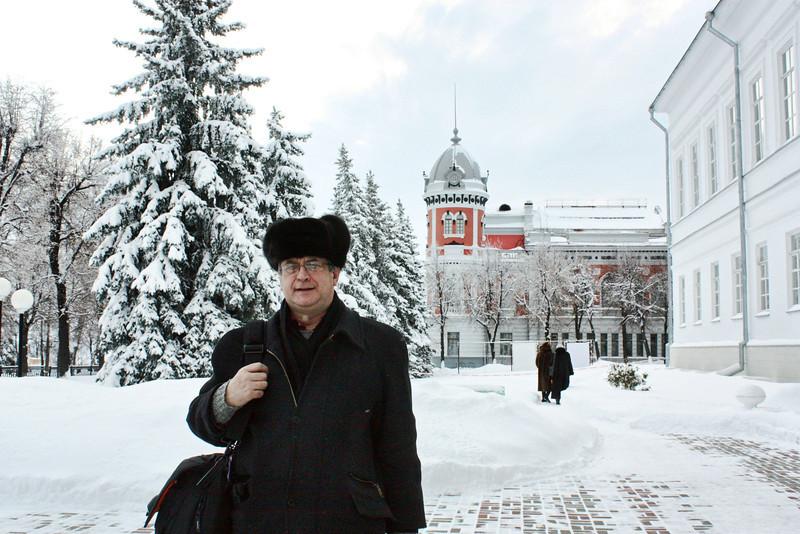 Возле здания гимназии, где учился Ильич. (справа)