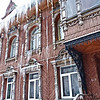 Icicles hanging from a former merchant's home, now an apartment building. (Rybinsk) Жилой дом с сосульками. (Рыбинск)