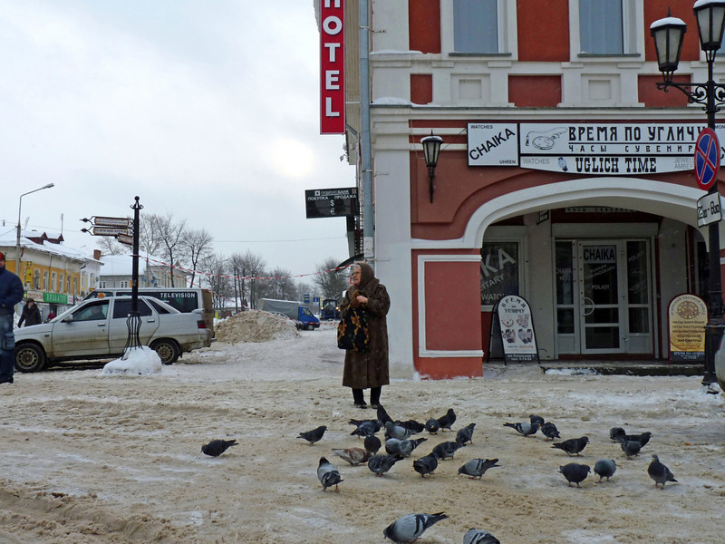 Feeding the birds in the center of Uglich.