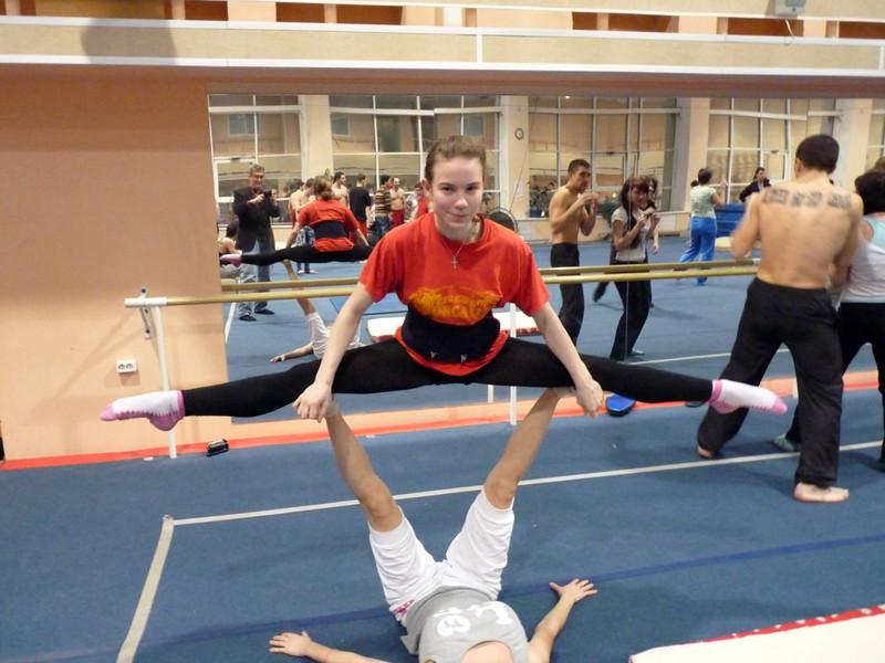Teens practicing at the stunt school. <br /> Девочка сверху 15 годов, снизу 16...