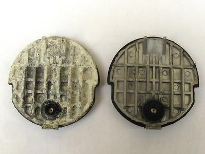 Těsnící deska z Dolce Gusto. Vlevo obohacená o plíseň, zbytky kávy a vodní kámen. Vpravo nový díl ku porovnání.