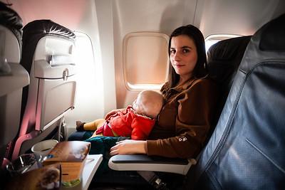 Na krátké lety bývává k dispozici pouze speciální bezpečnostní pás, který si přiděláte ke svému pásu a do něj zacvaknete prcka, který sedí na vás. V jednom letadle nám nedali ani ten pás.