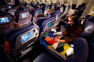 Na dlouhý let zpět jsme si pozdě zažádali o speciální místo pro miminka, takže jsme byli odkázání jen sami na sebe. Měli jsme štěstí, že pán vedle byl tak hodný a odsedl si, takže jsme měli volnou sedačku pro prcka. (Myslím, že ve vlastním zájmu se každý pokusí zdrhnout z dosahu, bude-li mít tu možnost). V letadle byla k dispozici spousta dek, takže jsme vytvořili improvizovanou postýlku, viz obrázek. Letušky a letušáci se na ni chodili užasně dívat a my byli hvězdou letu. V letadle bylo více miminek, ostatní je měli celých devět hodin na klíně. Postýlky pro miminka jsme neviděli žádné, i když prý ta místa byla už obsazená, tak nevím, jestli ten let vůbec tu možnost měl.