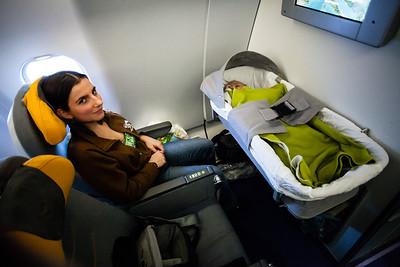 Jak je to s miminkem v letadle:  Na dlouhý let je ideální si zajistit speciální místo pro miminka. Při letu tam jsme dostali postýlku, která se připevnila do stěny před námi a miminko tam mohlo celou dobu v klidu být a my se mohli volně pohybovat sem a tam.