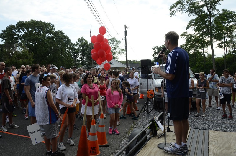 Andy Kaiser addresses the runners