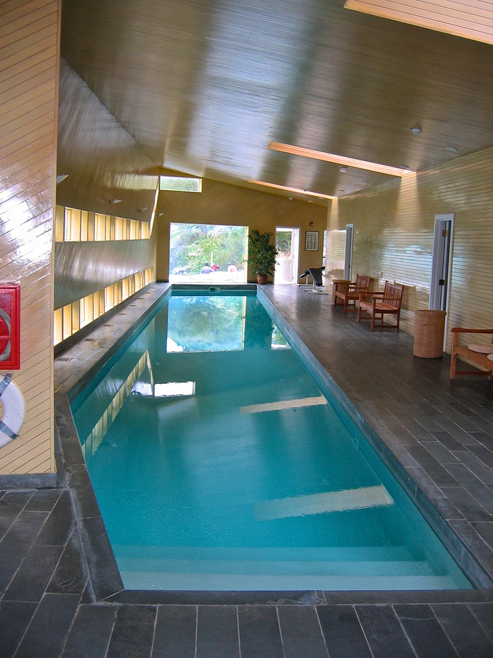 In a separate building from the lodge is the bath house which has a heated indoor swimming pool, a sauna and four open-air jacuzzis, all with views of Lago Pehoé and Macizo del Paine.