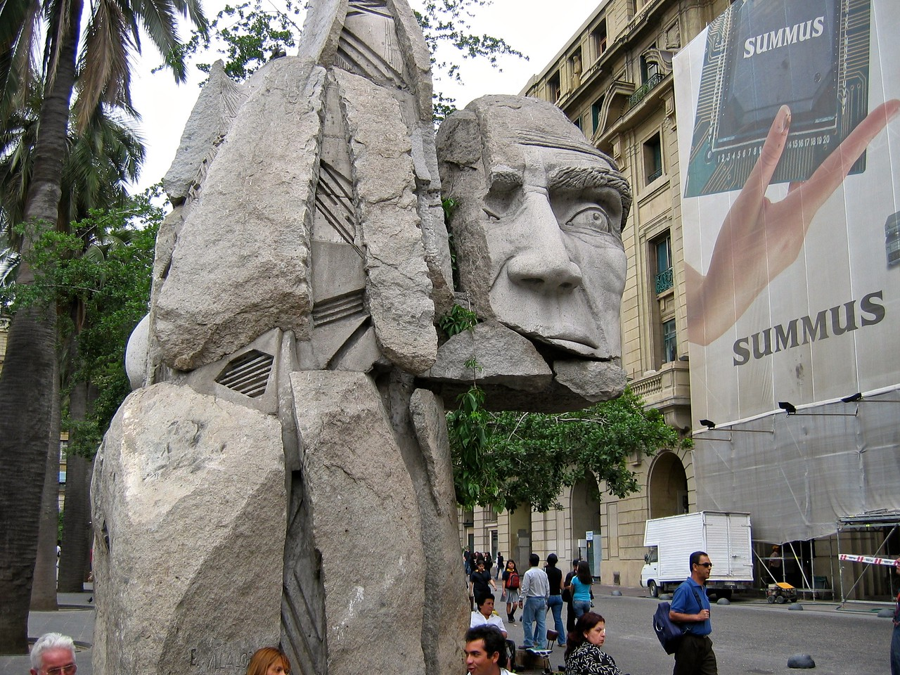 This monument was created by sculptor Enrique Villalobos and inaugurated in 1992 to commemorate the 500th anniversary of Christoher Columbus' voyage to America. The monument is meant to pay tribute to the indegenous people of Chile (the Mapuche) that fought the Spaniards since the time of the Spanish Conquistadores.