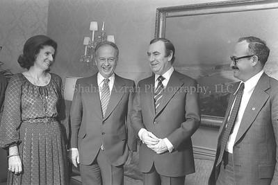 "NEW YORK GOVERNOR HUGH CAREY CALLING ON P.M.      YITZHAK RABIN AND HIS WIFE LEAH AT THEIR SUITE IN THE       WALDORF ASTORIA HOTEL AND WITH PM'S ADVISOR AMOS ERAN.  ביקור ראש הממשלה יצחק רבין ורעייתו לאה בארה""ב.  בצילום, מושל מדינת ניו יורק      יו קרי נפגש עם ראש הממשלה ורעייתו ועם יועץ רה""מ עמוס ערן, במלון וולדורף          אסטוריה, בניו יורק."