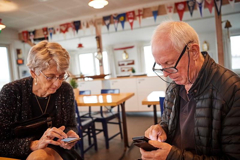 De unge mennesker og deres mobiltelefoner....