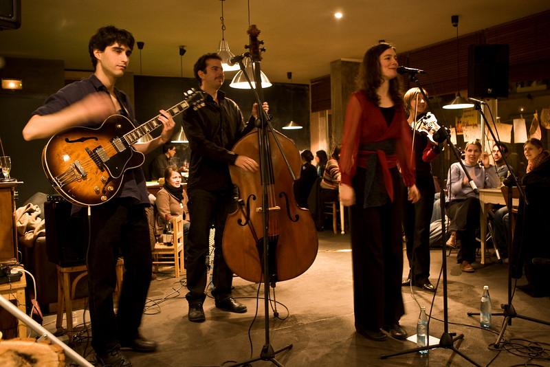 Daniel Mizrahi, guitare / Benjamin Body, contrebasse /  Awena Burgess, voix / Rosalie Hartog, violon et voix /