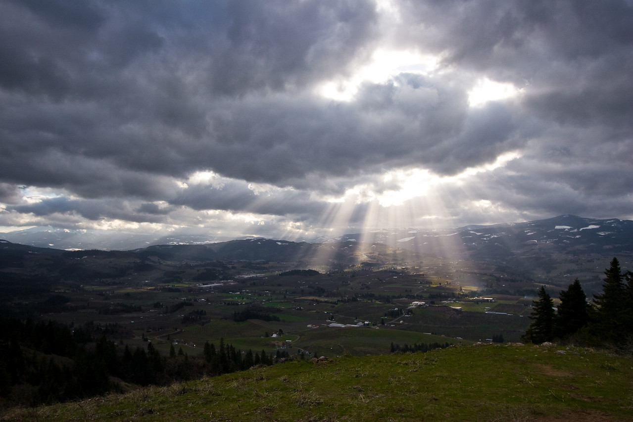 View out over the lower valley from the East Hills.<br /> <br /> The rays of light shining down through the clouds were being quite dramatic this particular afternoon.  Of the dozen or so shots I took, I felt this one the most interesting and 'balanced'.<br /> <br /> Location: Hood River, Oregon<br /> <br /> Lens used: Canon 10-22mm f3.5-4.5
