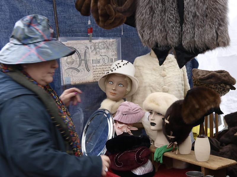 ...Allez mes jolies, on met son chapeau et on va au marché.