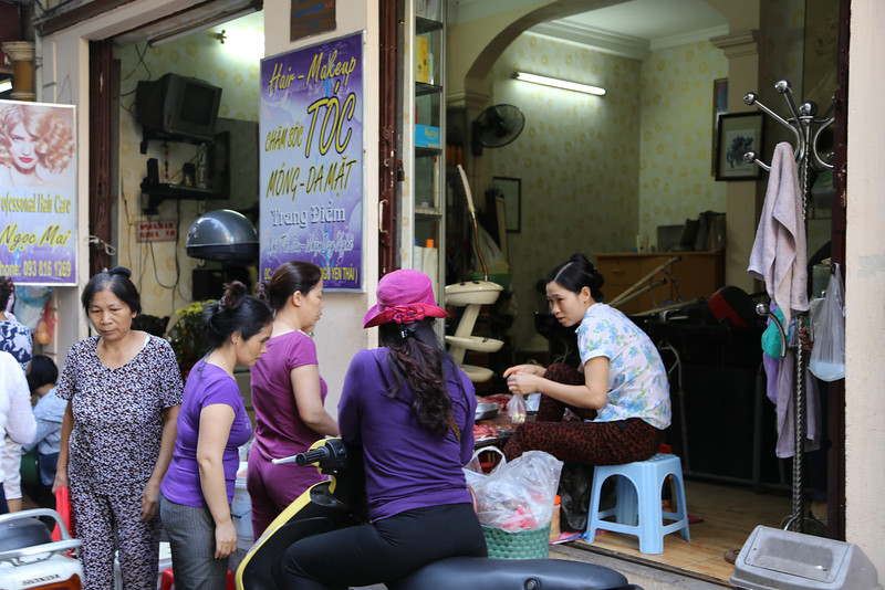 HaNoi, sell meats in the morning, become a hair salon in the afternoon! Nov 2013