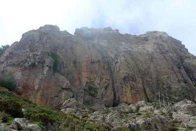 """Col de Bavella, secteur Oriu: Un peu plus haut que les autres, mais quelle tranquillité et quel rocher ! A gauche: 3 voies dont un 5+ d'anthologie... à droite dans le secteur très """"tafonisé"""", deux 6a+ et un 5 d'une esthétique remarquable."""