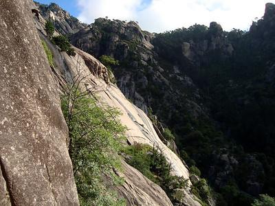 L'approche est un grand moment, la sente passant dans une falaise plutôt raide à mon gout...