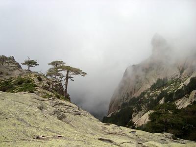 """3h après notre départ du pied de la voie, nous foulons le sommet de cette """"pointe"""", qui donne une vue imprenable sur les secteurs supérieurs de Bavella, qu'on appelle aussi l'Himalaya tellement c'est loin !"""