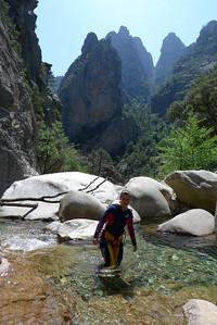 L'entrée dans le canyon est facile, un peu de marche et quelques ressauts faciles à passer...