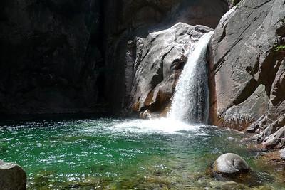 Saut facultatif, mais quelle belle cascade ! Le seul endroit où la corde peut servir...