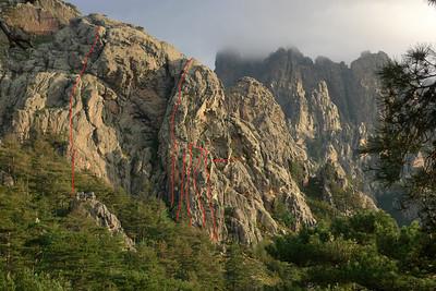"""Pilier di Arba: 3 longueurs maxi 6a+; en pointillés """"Tafonis tes conneries"""" (voir galeries); pilier 6b, 6a, 5+; puis 4 voies sur la première tour... pas ou peu équipé mais ça passe partout... 6a+ max. La flèche indique le secteur caché: au moins 4 longueurs équipées en 6a+ max criblées de Tafonis."""