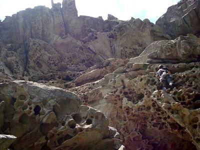 Difficile à protéger, rocher déversant, traversée, rocher susceptible, descente délicate...