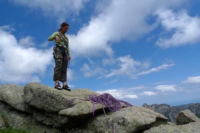 Après encore deux longueurs plus classiques, le sommet... Ben dit donc, quelle voie ! Notez le relais sur une véritable bite de granite !