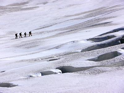 Au loin un groupe nous montre ce qu'il ne faut pas faire sur un glacier crevassé... No comment.
