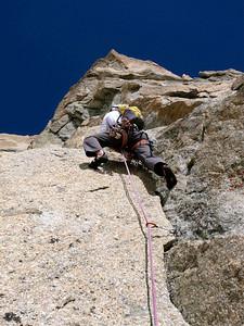 Le guide, souple & puissant, se régale de cette escapade verticale. Ici le départ raide de L2... - Photo Marco.