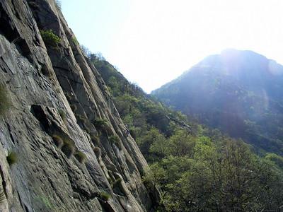Du rocher incliné et tout en adhérence, avec quelques secteurs bien sculptés...