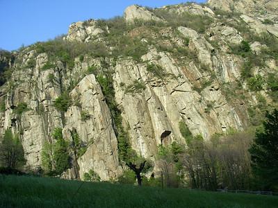 L'école d'escalade, un peu plus à Gauche juste derrière l'auberge, réserve vraiment de bien belles longueurs pour s'échauffer ou se finir...