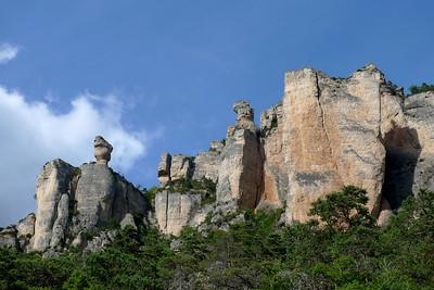 Le secteur le plus connu de la Jonte: Les Vases... avec la roche décollé à Droite et son arête Ouest, monument du coin en 6a/c...