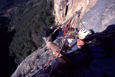 Au relais, il faut être patient car l'escalade prend du temps...