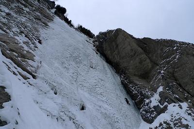 La première longueur, pas si évidente que ça, avec peu de glace et pas mal de pétales... Au moins 4+