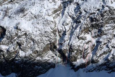 Congne-Valeille (Lillaz) - Itinéraires RD: Stella Ice (5, 180m); Inachevée conception (5+); A la Mémoire du Bouquetin (5+) et Ciao Félix (5+, A1...). Cold couloir tout de suite à droite.