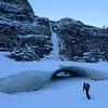 """Le névé perpétuel au pied de la cascade nous """"assure"""" que la quantité de neige n?est pas monumentale en ce moment..."""
