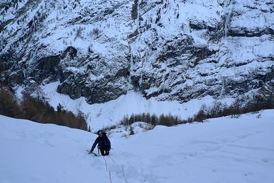 Pour accéder au dernier ressaut, une jolie marche dans de la neige profonde nous laisse à penser que tout le monde ne fait pas l'effort...