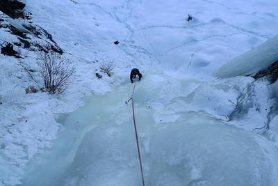 Dommage pour eux ! Une belle longueur de 30m en glace colorée nous permet de finir cette belle voie.