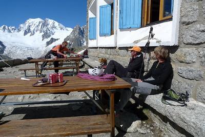9h00: repos bien méŽritéŽ en terrasse... Avant le retour au Montenvers !
