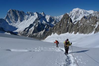 Retour paisible sur le glacier... L'aiguille du Moine entre JJ & Nat