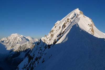 Du col: Le sommet, le Blanc, nos poursuivants sur l'arête.