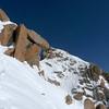 Après quelques petits passages de rien du tout, on contourne la 1ère antécime par la droite pour rejoindre la première brèche... Attention à la neige !