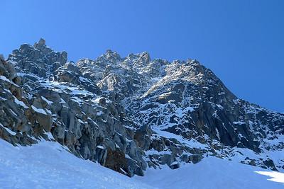 Nous devinons une cordée déjà au pied tout en haut du cone de neige...
