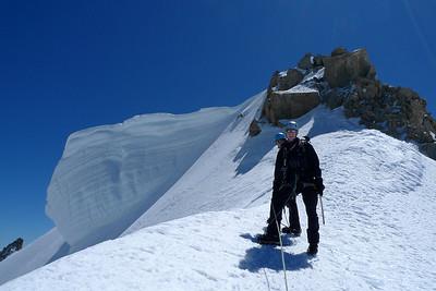 Puis après un bon gueul'ton, nous avalons les qq mètres de dénivelé de l'arête neigeuse... Pour venir flirter avec le sommet...