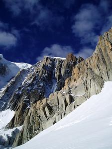 En passant la pointe Lachenal, nous apercevons l'engin...- Photo Jean-Yves.