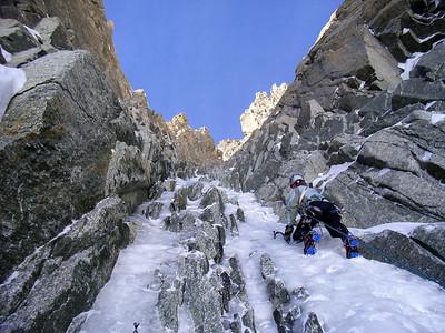 L2, cascade 80° maxi, devenant de plus en plus étroite... R2 sur un rocher entre deux goulotte, 60m.