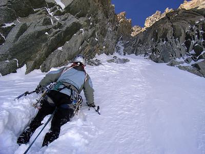 L1, on remonte la pente de neige pour faire relais au pied de la -glace... R1 RG assez haut, préférez le faire vous-même...