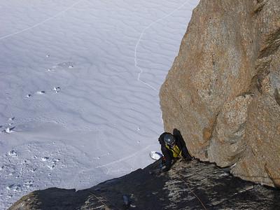 Après, L5 commence en glace et se terminer dans une belle dalle à crochetages... On rejoint alors le haut du secteur Chéré/Perroux, mais sans grand intérêt...