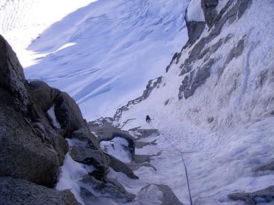 De là, on remonte un vrai toboggan de glace pour faire relais sur la petite marche au pied de la longueur clé...