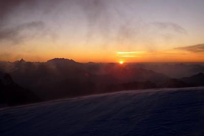 Col de la Brenva... Le soleil nous suit...